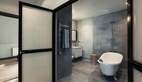 Stoere badkamer met klassiek vrijstaand bad
