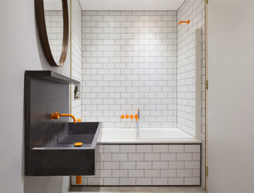 Stoere badkamer met gele accenten