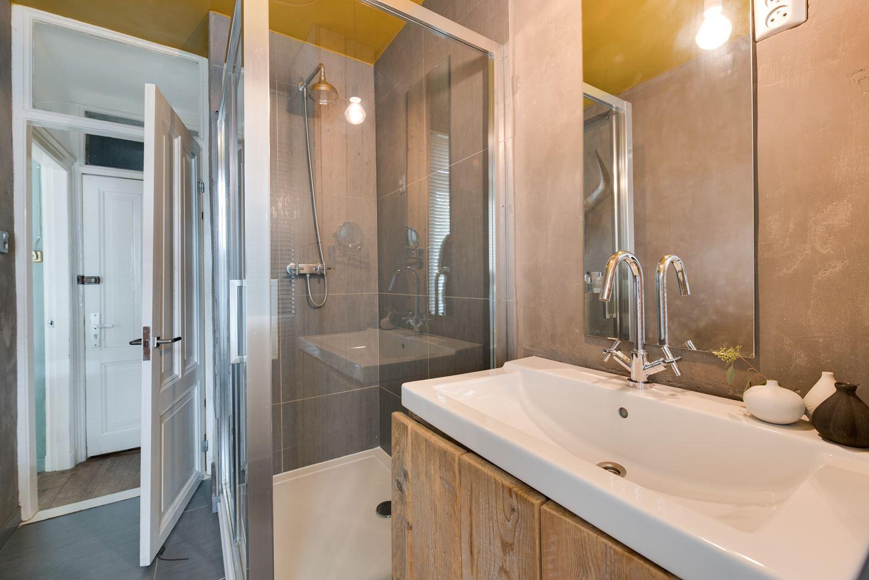 Stoere badkamer met steigerhouten kasten