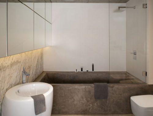 Stoere badkamer met vloer, plafond en bad van beton