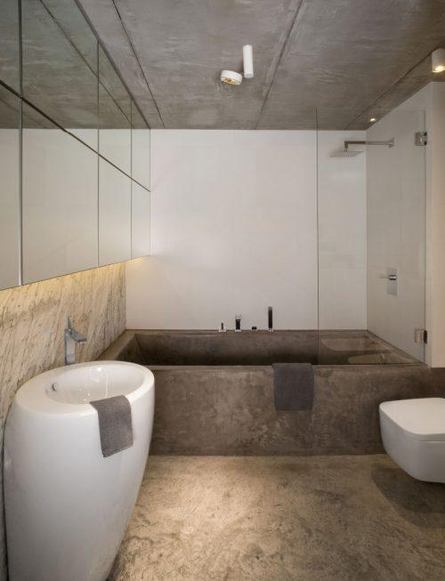 Stoere badkamer met vloer plafond en bad van beton badkamers voorbeelden - Moderne badkamer betegelde vloer ...