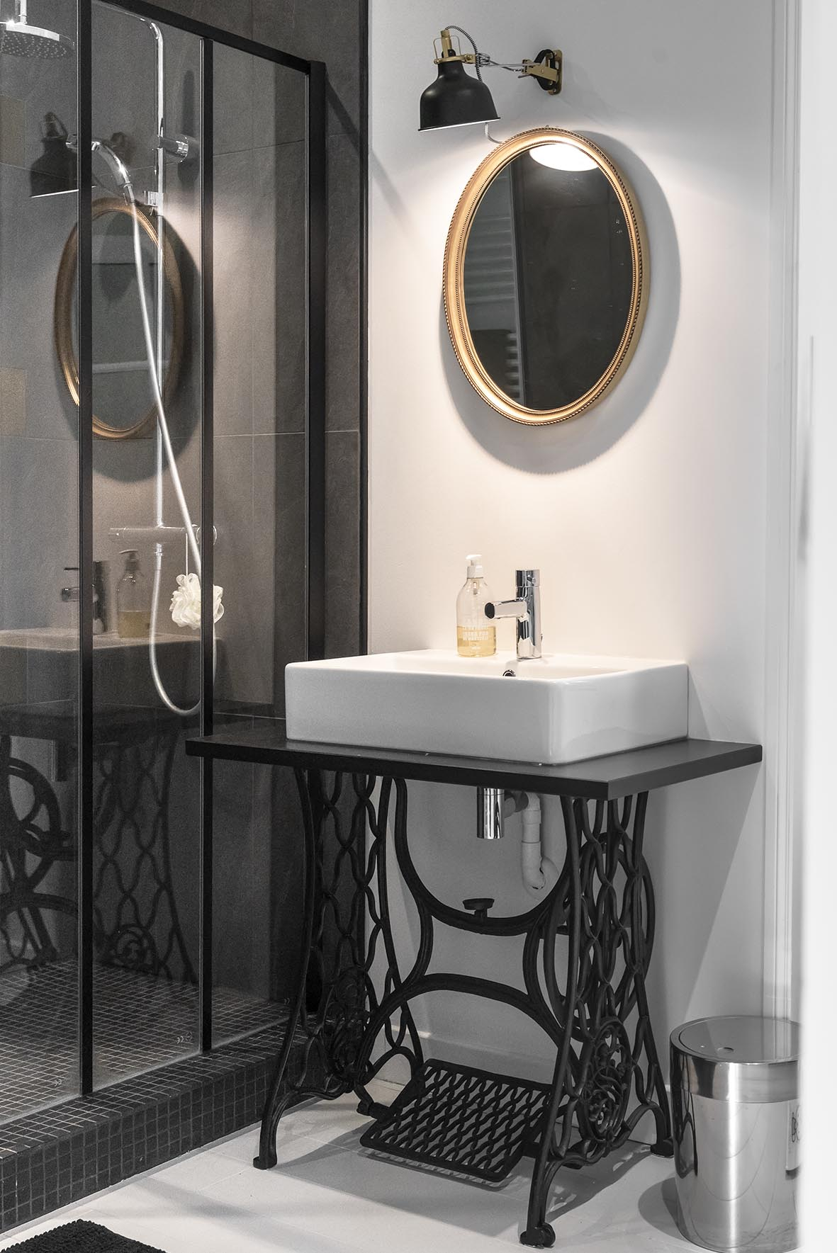 Stoere badkamer met zwart, wit en goud