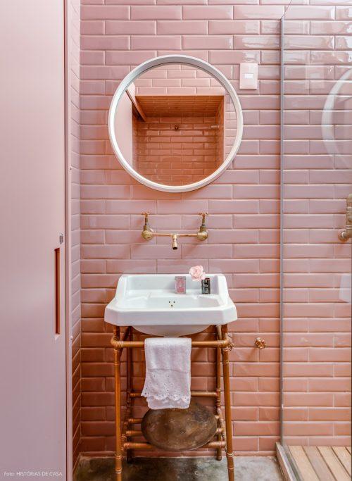 Stoere badkamer met roze metrotegels