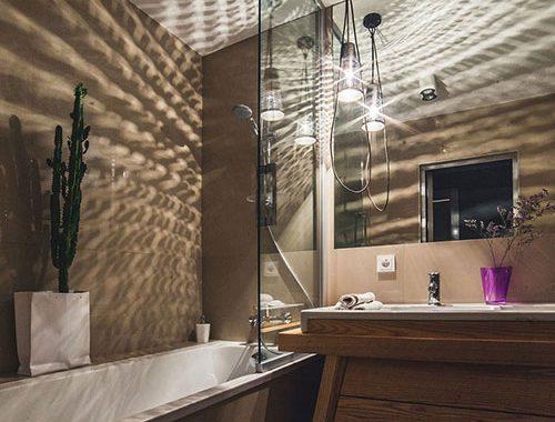 Stoere badkamer met sfeerverlichting