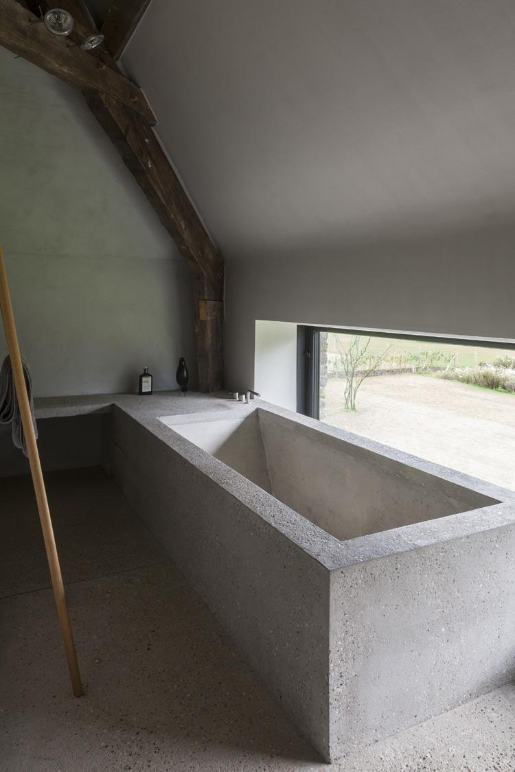 Stoere badkamer van een gerenoveerde woonboerderij