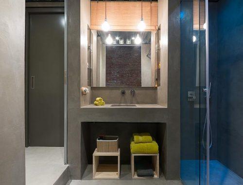 Stoere badkamers van een industrieel loft appartement uit Barcelona
