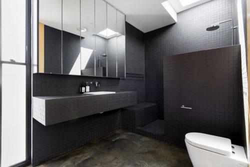 Stoere half open badkamer