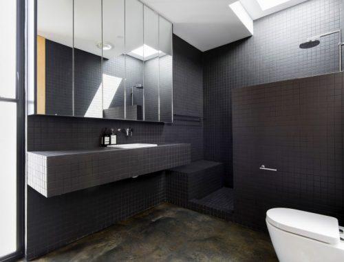 Witte badkamer met kleurrijk schilderij badkamers voorbeelden - Open badkamer ...