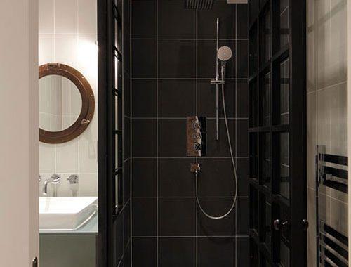 Stoere kleine badkamer