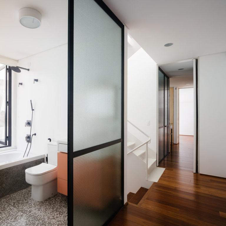 Stoere kleine badkamer met een roze badmeubel