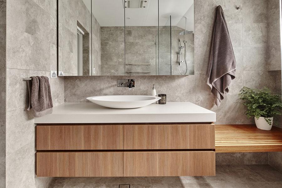 Stoere kleine praktische badkamer met natuurlijke kleuren