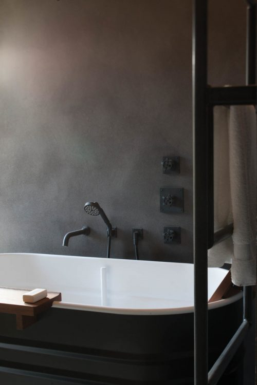 Stoere rustieke badkamer door architectenbureau Jem