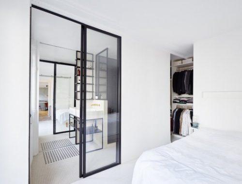 Stoere zwart wit badkamer uit Parijs