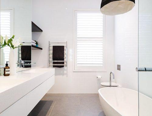 Strak ontwerp grote badkamer