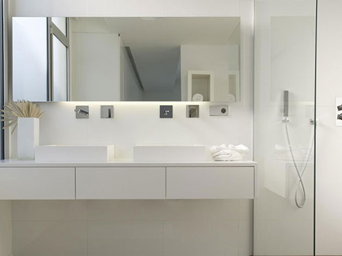 Strakke badkamer met inloopkast