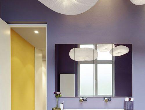 Strakke badkamer met paarse wanden