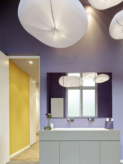 Badkamers voorbeelden » Strakke badkamer met paarse wanden