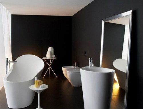 Strakke badkamer met zwarte gietvloer