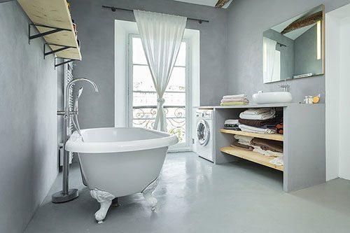 Strakke grijze badkamer met houten balken