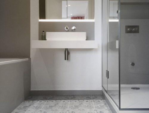 Strakke grijze badkamer met mooie patroontegels