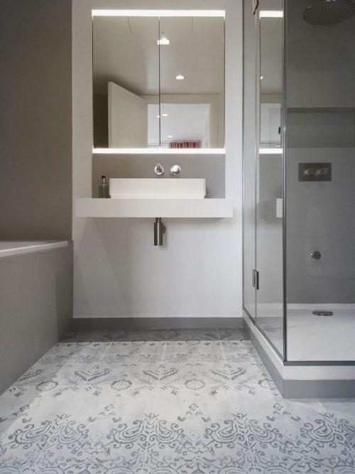 Strakke grijze badkamer met mooie patroontegels badkamers voorbeelden - Mooie badkamers ...