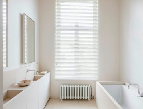 Strakke lichte moderne badkamer door interieurarchitect Hans Verstuyft