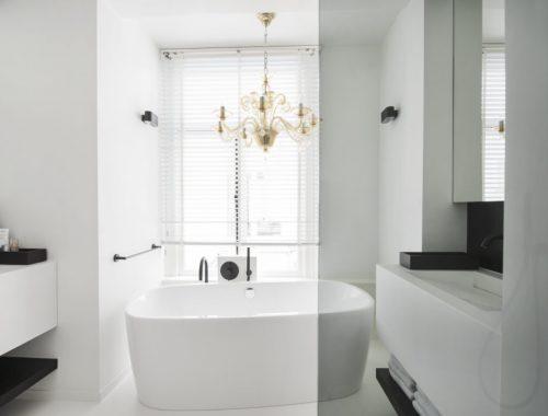 Strakke witte badkamer door Cocoon Living