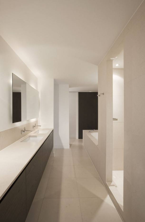 Strakke witte badkamer met langwerpige badmeubel badkamers voorbeelden - Moderne design badkamer ...