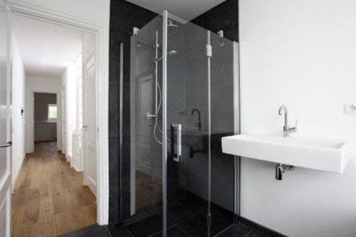 Strakke zwart witte badkamer