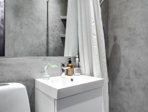 Tip voor een kleine badkamer: betonstuc!