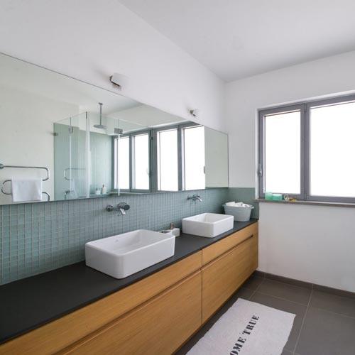 Twee frisse badkamers