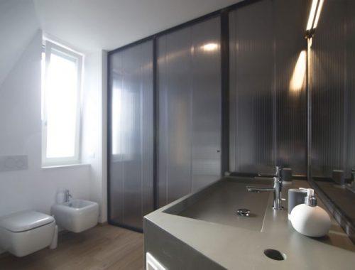 Verborgen ligbad in een stoere badkamer