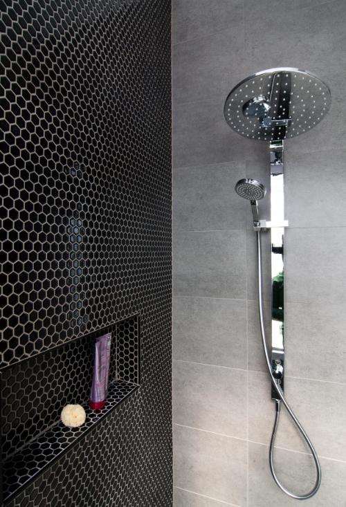 Deze vijftien jaar oude badkamer is volledig gerenoveerd