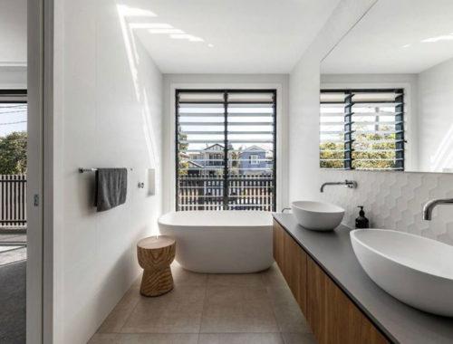 Volwaardige en suite badkamer met moderne gemakken