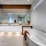 Warm contrast in witte badkamer