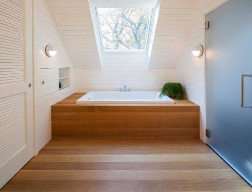 Warme houten planken in badkamer