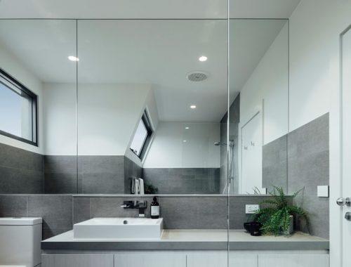 De wens was meer licht in deze nieuwe moderne badkamer