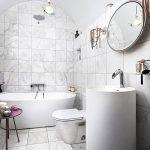 Wit marmer in moderne badkamer