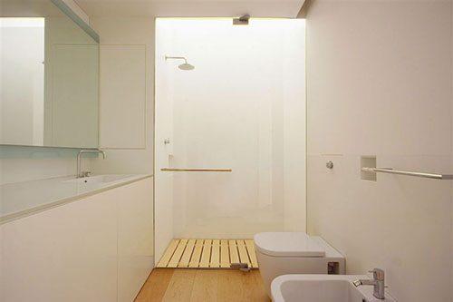 Wit en modern badkamer ontwerp
