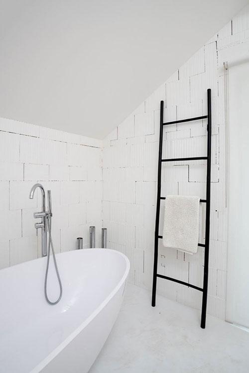 Witte badkamer met betonnen vloer