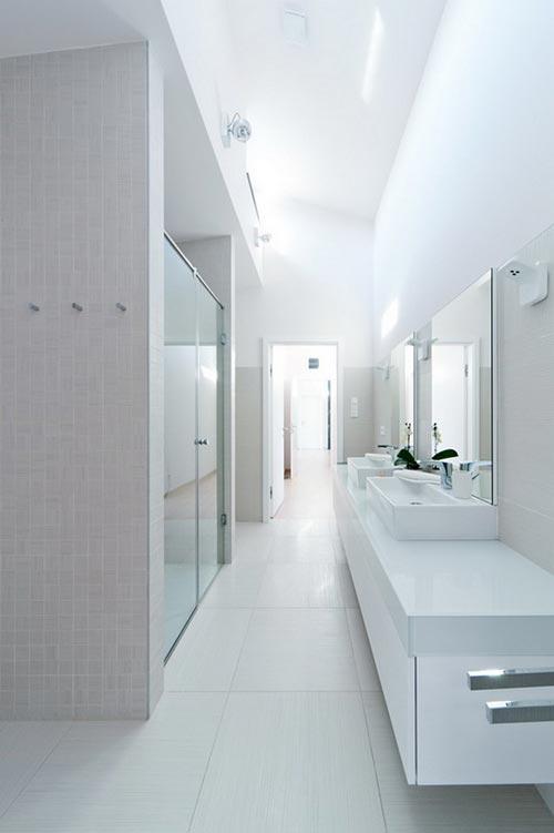 Witte badkamer met dubbele inloopdouche