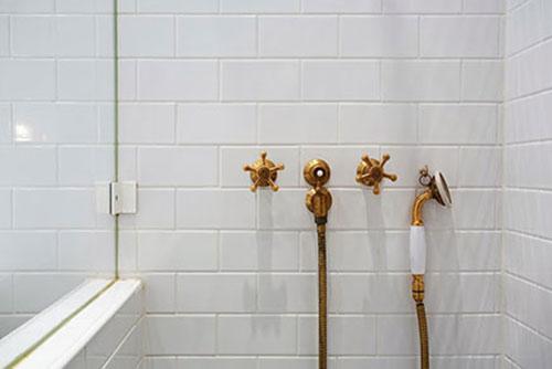 Badkamer Met Pebbles ~ Badkamers voorbeelden ? Witte badkamer met gouden douche