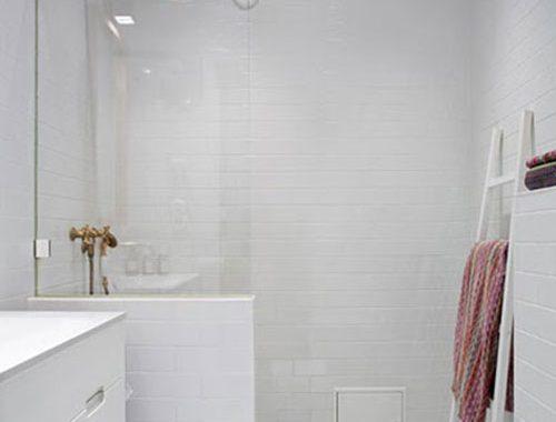Witte badkamer met gouden douche