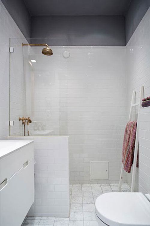 Witte badkamer met gouden douche - Badkamers voorbeelden