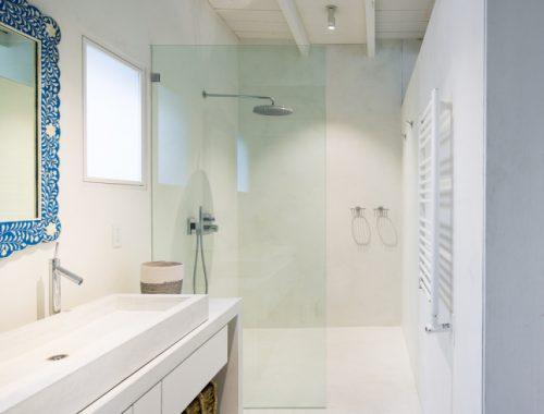 Witte badkamer van een historische West Village townhouse