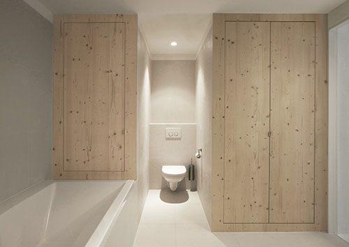 Witte badkamer met houten planken