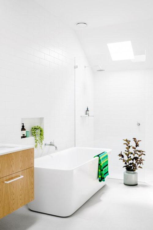 Witte badkamer met kleine dakraam