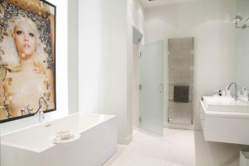 Witte badkamer met kleurrijk schilderij