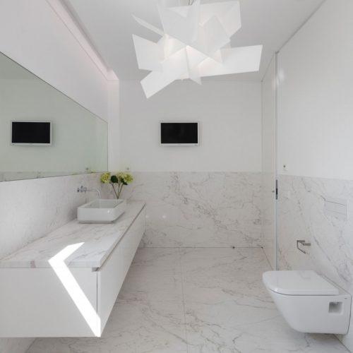 Witte badkamer met marmer in Portugese villa - Badkamers voorbeelden