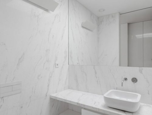Witte badkamer met marmer in Portugese villa